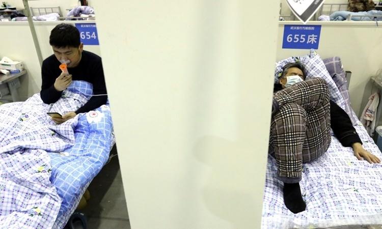 Bệnh nhân tại một cơ sở y tế điều trị cho người nhiễm nCoV ở Vũ Hán. Ảnh: Reuters.