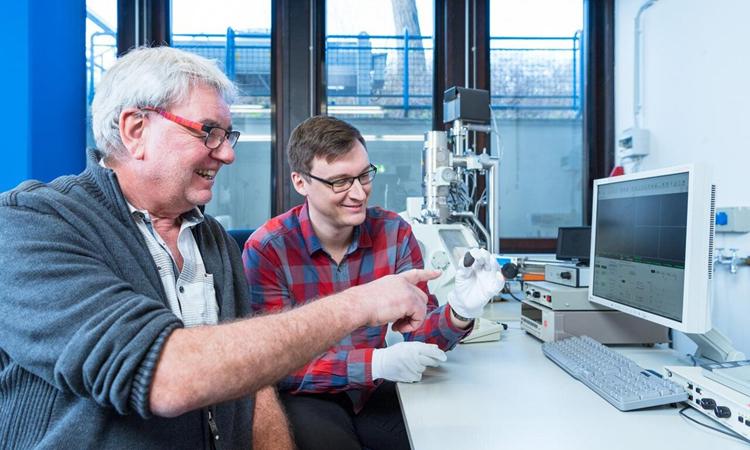 GS Addi Bischoff (trái) và Markus Patzek (phải) đánh giá mảnh thiên thạch. Ảnh: Metro.