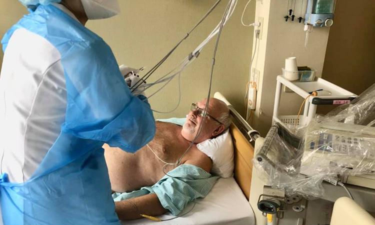Ông David Abel được bác sĩ chăm sóctại bệnh viện ở Nhật Bản sáng hôm nay. Ảnh: Facebook/David Abel.