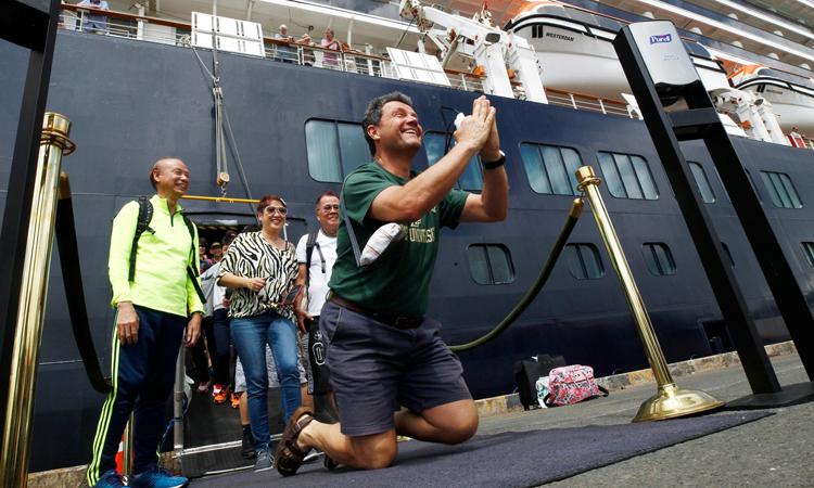 John Miller, chồng bà Lydia, vui mừng khi rời du thuyền MS Westerdam hôm 14/2. Ảnh: AP.