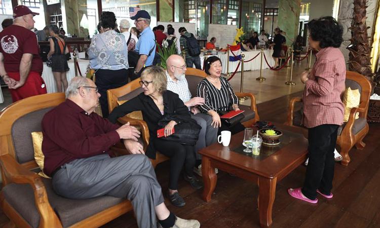 Hành khách của MS Westerdam ngồi tại khách sạn ở thủ đô Phnom Penh hôm 19/2. Ảnh: AP.