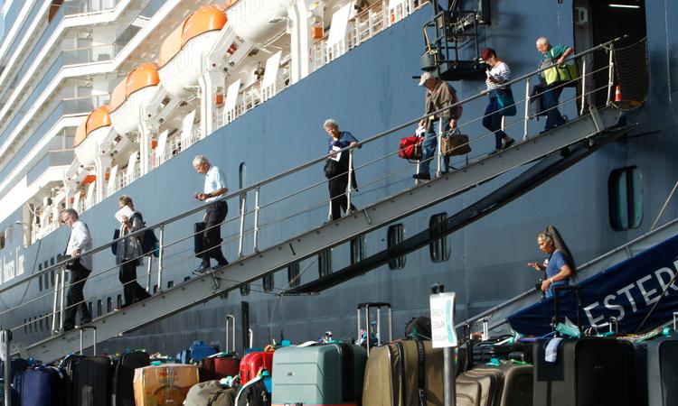 Hành khách rời du thuyền MS Westerdam ở cảng thành phố Sihanoukville hôm 17/2. Ảnh: AP.