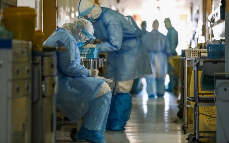 Nhân viên y tế mặc đồ bảo hộ tại bệnh viện ở Vũ Hán hôm 16/2. Ảnh: AFP.