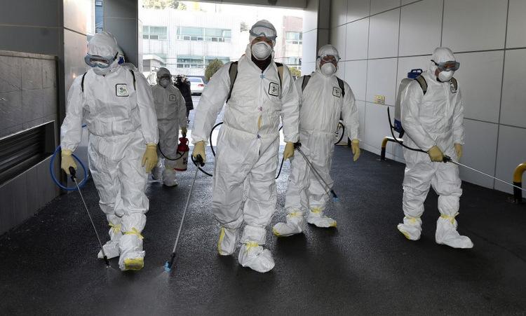 Nhân viên y tế khử trùng tại thành phố Daegu hôm 19/2. Ảnh: AFP.
