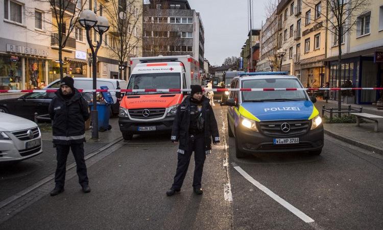Cảnh sát tại hiện trường vụ xả súng ở thị trấn Hanau hôm nay. Ảnh: AFP.