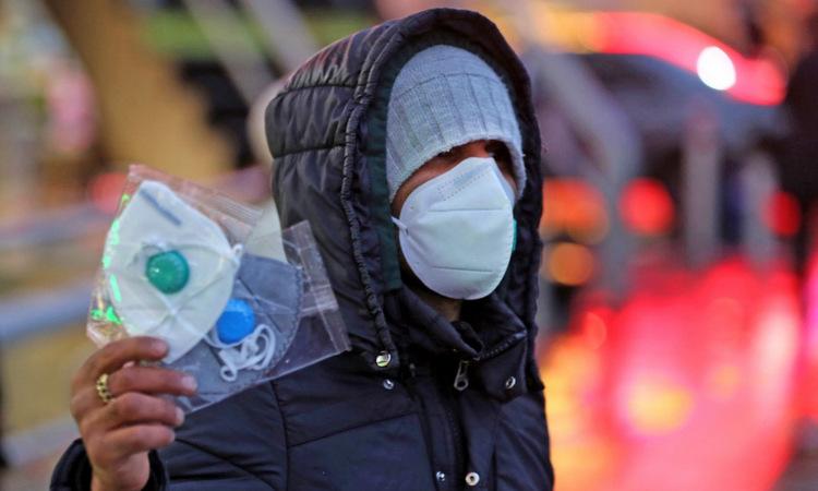 Một người bán khẩu trang tại thủ đô Tehran hôm 20/2. Ảnh: AFP.