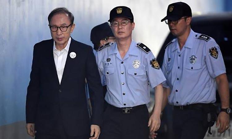 Ông Lee Myung-bak (bìa trái) bịáp giải đến tòaán năm 2018. Ảnh: AFP.