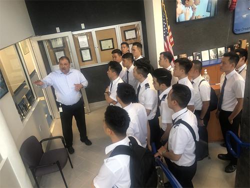 Với đội ngũ giảng viên và huấn luyện viên giàu kinh nghiệm, học viên VAS sẽ được đào tạo theo chuẩn FAA (Mỹ) và EASA (Châu Âu). Tốt nghiệp Aviator, học viên sẽ nhận bằng phi công tư nhân (PPL), phi công thương mại (CPL) và chứng chỉ bay định năng (IR) do cục hàng không Liên bang Mỹ cấp. Đây là cơ hội để trở thành phi công chuyên nghiệp và tham gia ngành hàng không quốc tế của các bạn trẻ đến từ Việt Nam, ông, bà... chia sẻ.