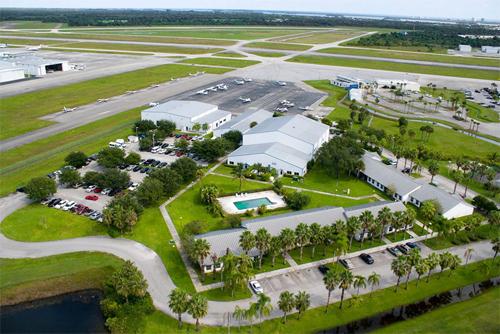 Aviator College có khuôn viên rộng 5km2, cơ sở vật chất đạt tiêu chuẩn của một trường huấn luyện bay. Trong đó, phòng học trang bị đầy đủ hệ thống âm thanh, ánh sáng, máy chiếu... phục vụ công tác giảng dạy.
