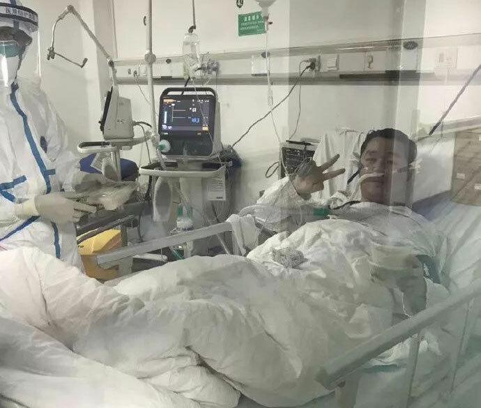 Bác sĩ Bành trên giường bệnh sau khi nhiễm nCoV. Ảnh: Baidu.