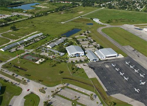 Trường bay rộng và khí hậu tại Florida là những điều kiện giúp việc học bay thuận lợi quanh năm tại Aviator College.
