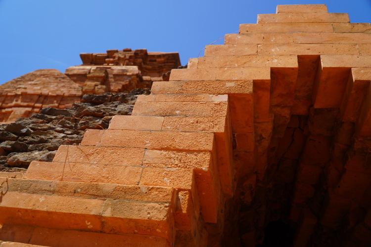 Gạch mới đưa vào tu bổ ở chóp cửa tháp C bị mục hỏng. Ảnh: Việt Quốc