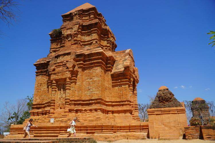Di tích tháp Chăm Pô Sah Inư (Phan Thiết) đã hoàn thành trùng tu cách đây hơn một năm. Ảnh: Việt Quốc