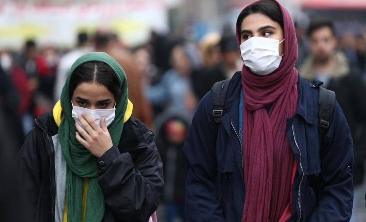 Người dân Iran đeo khẩu trang khi đi trên đường phố Tehran hôm qua. Ảnh: Reuters.