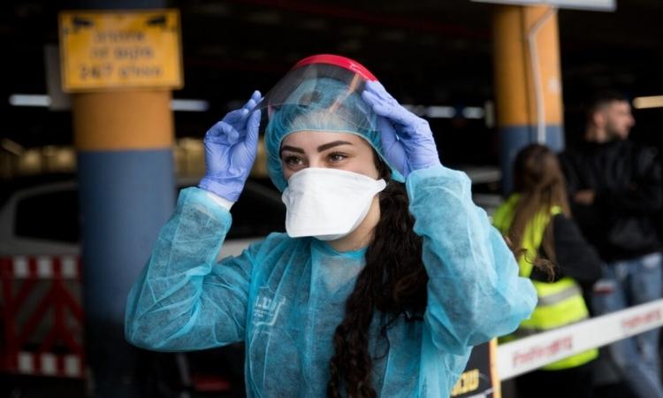 Nhân viên y tế mặc đồ bảo hộ tại Trung tâm y tế Shaare Zedek, Israel, hôm 27/1. Ảnh: Israel21c.