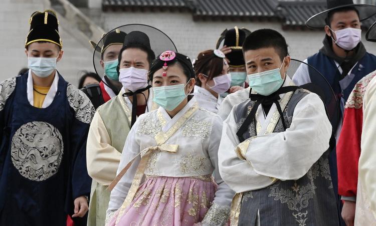 Du khách đeo khẩu trang khi thăm cung Gyeongbokgung ở thủ đô Seoulcuối tháng 1. Ảnh: AFP.