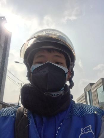 Zhang Sai trong đồng phục của công ty. Ảnh: NYTimes.
