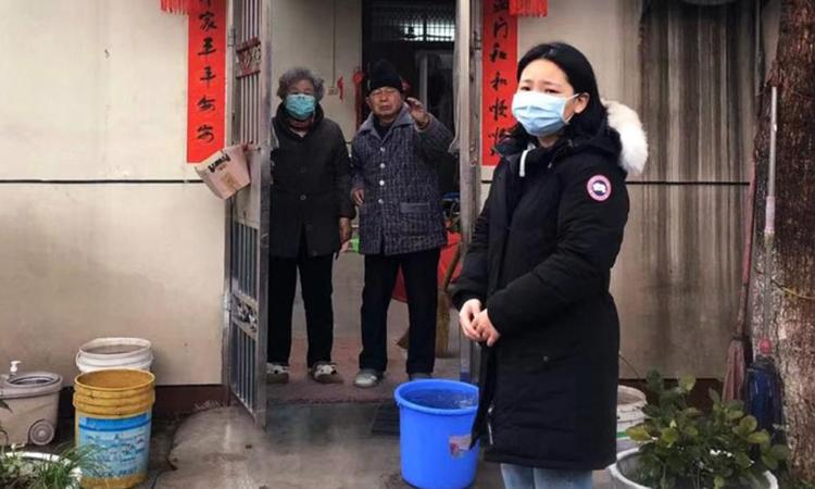 Blair Zong (phải) chào tạm biệt ông bà trước khi lên máy bay rời Vũ Hán, tỉnh Hồ Bắc. Ảnh: NY Times.