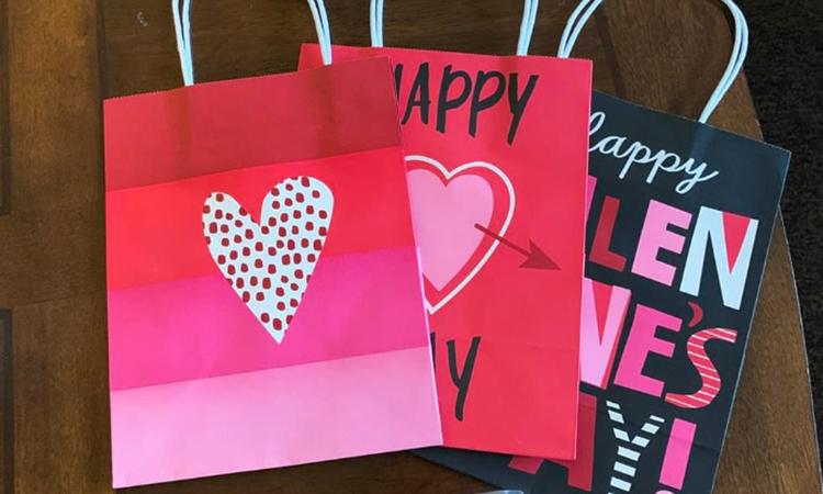 Túi quà mà Blair Zong chuẩn bị để tặng mọi người trong khu cách ly nhân ngày Valentine. Ảnh: NY Times.