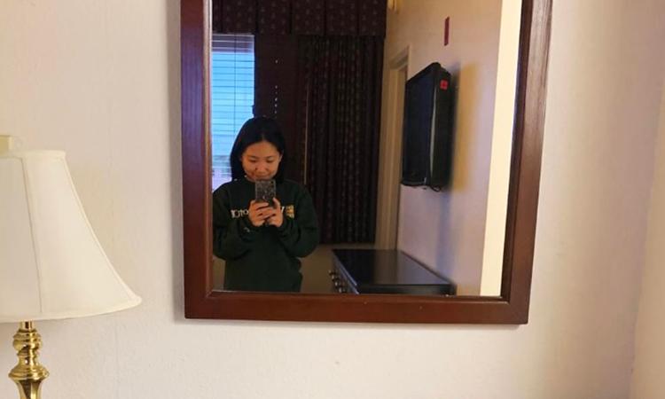 Blair Zong chụp ảnh tại phòng của cô ở khu cách ly trong căn cứ quân sự tại San Diego, California. Ảnh: NY Times.