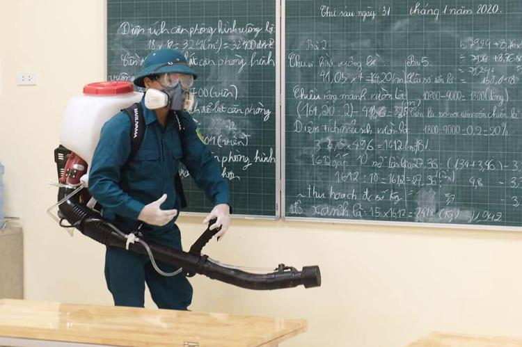 Nhân viên phòng dịch phun thuốc khử khuẩn tại trường tiểu học Hoàng Diệu, Hà Nội. Ảnh: Ngọc Thành.