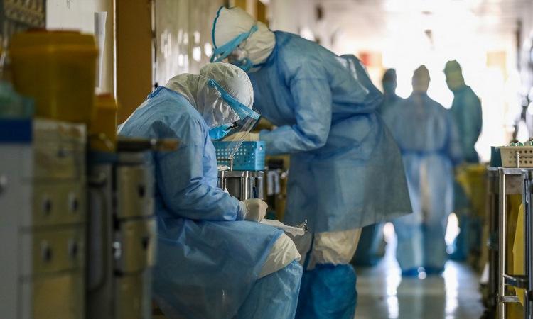 Y bác sĩ làm việc tại Bệnh viện Chữ thập đỏ Vũ Hán hôm 16/2. Ảnh: AFP.
