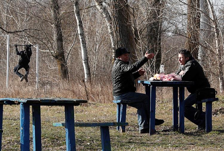 Những người được sơ tán từ Vũ Hán ăn uống và tập thể dục trong khu cách ly ở thị trấn Novi Sanzhary, vùng Poltava, miền trung Ukraine hôm 21/2. Ảnh: Reuters