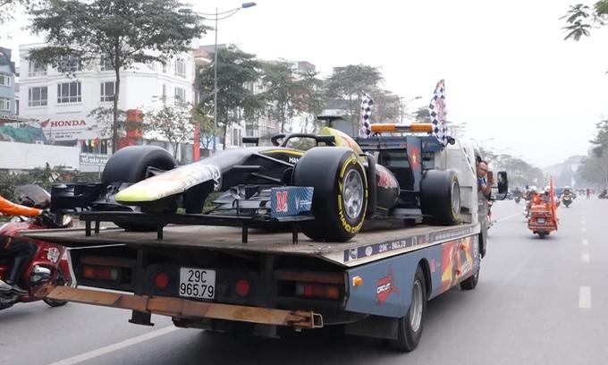 Парад с моделями гоночного автомобиля F1 на улицах Ханоя (ВИДЕО)