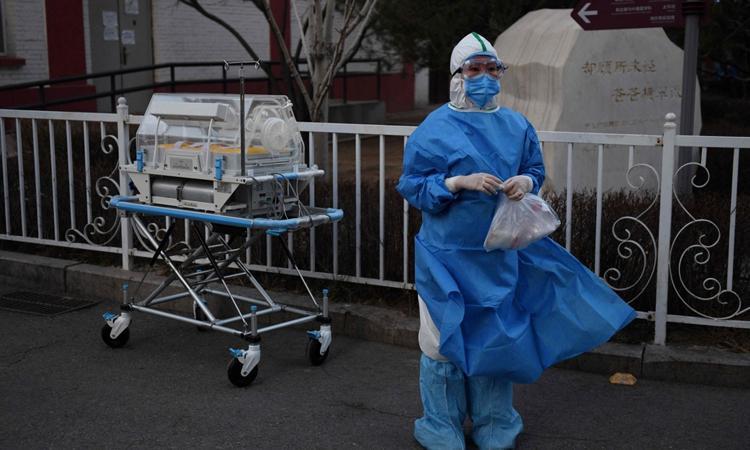 Nhân viên y tế mặc độ bảo hộ tạibệnh viện ở Bắc Kinh hôm qua. Ảnh: AFP.