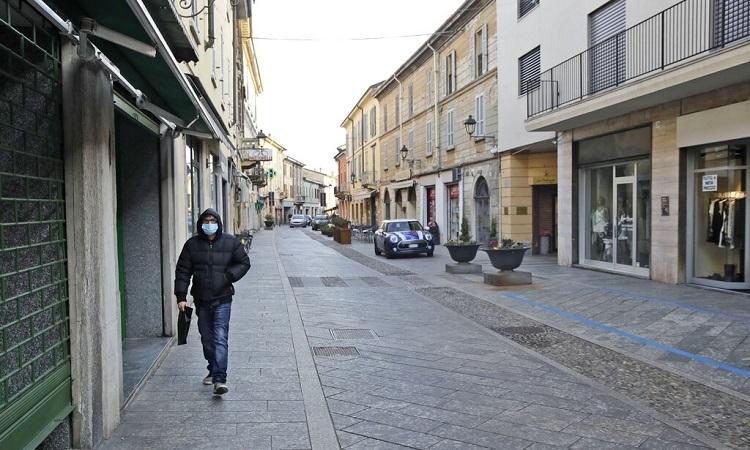 Khu phố mua sắm ở thị trấn Codogno, bắc Italy vắng bóng người hôm 21/2. Ảnh: AP.