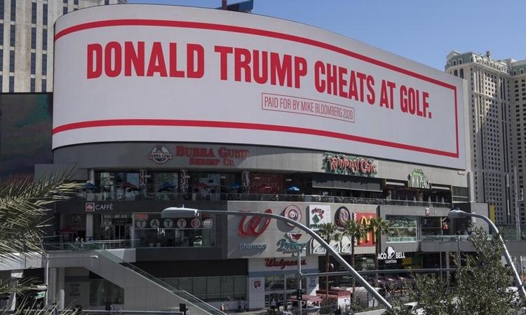 Màn hình chiếu dòng chữ Donald Trump ăn gian khi chơi golf tại Dải Las Vegas ngày 21/2. Ảnh: AFP.