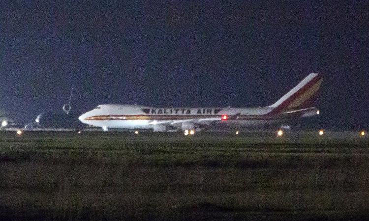 Máy bay đưa hành khách tàu Diamond Princess về Mỹ hôm 16/2. Ảnh: AFP.