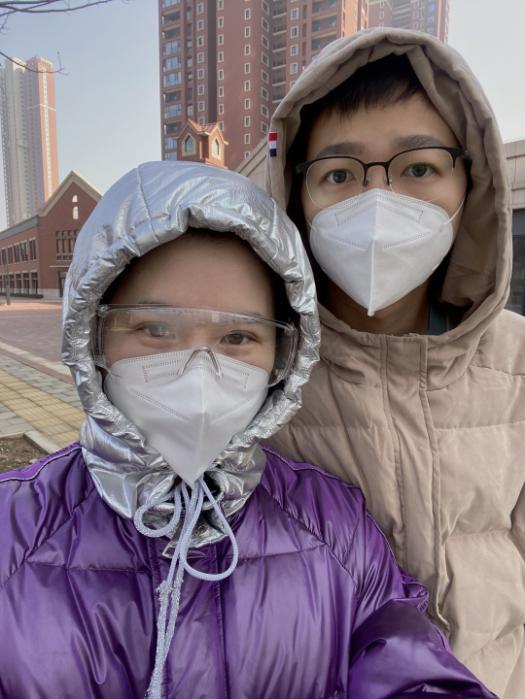 Dương Mạn Linh (trái) và chồng Lưu Xán ở thành phố Vũ Hán, tỉnh Hồ Bắc. Ảnh: CGTN.