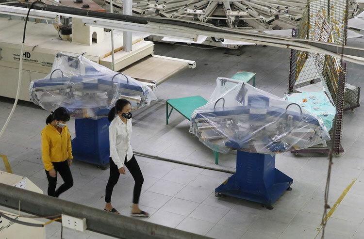 Máy móc của Công ty Kumnam Print bọc nylon, ngừng hoạt động khi công nhân của 3 trong số 6 chuyền sản xuất là người Sơn Lôi phải nghỉ cách ly. Ảnh: Ngọc Thành.