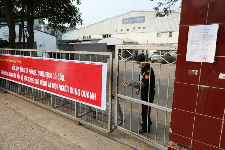 Khẩu hiệu phòng chống dịch trước cổng một công ty ở thị trấn Hương Canh, huyện Bình Xuyên. Ảnh: Ngọc Thành.