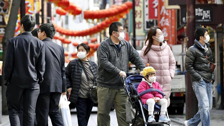 Người dân Nhật Bản sử dụng khẩu trang khi ra đường.Ảnh: Kyodo News