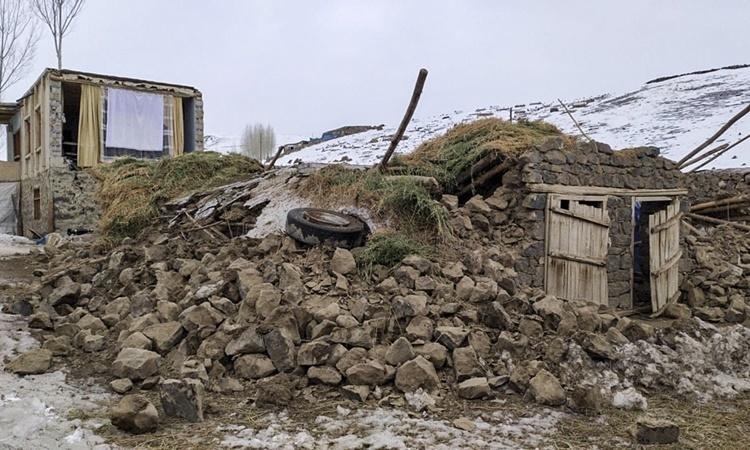 Một ngôi nhà bị đổ sập sau trận động đất hôm nay ở khu vực biên giới giữa Iran và Thổ Nhĩ Kỳ. Ảnh: Anadolu.