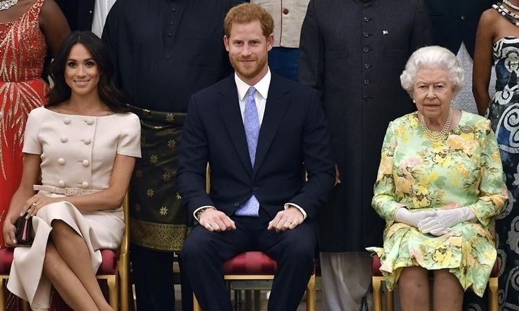 Nữ hoàng Anh cùng Harry - Meghan trong một sự kiện ở Điện Buckingham, London, hồi tháng 6/2018. Ảnh: AP.