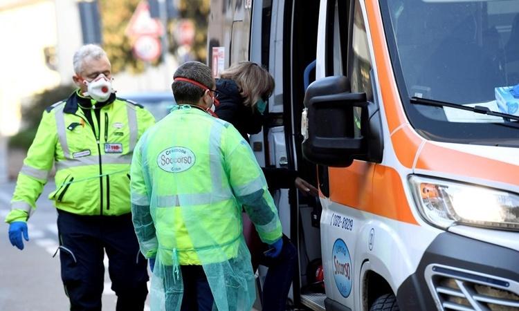 Một phụ nữ nghi nhiễm nCoV được đưa đi bằng xe cứu thương tại Casalpusterlengo, phía bắc Italy, ngày 22/2. Ảnh: Reuters.
