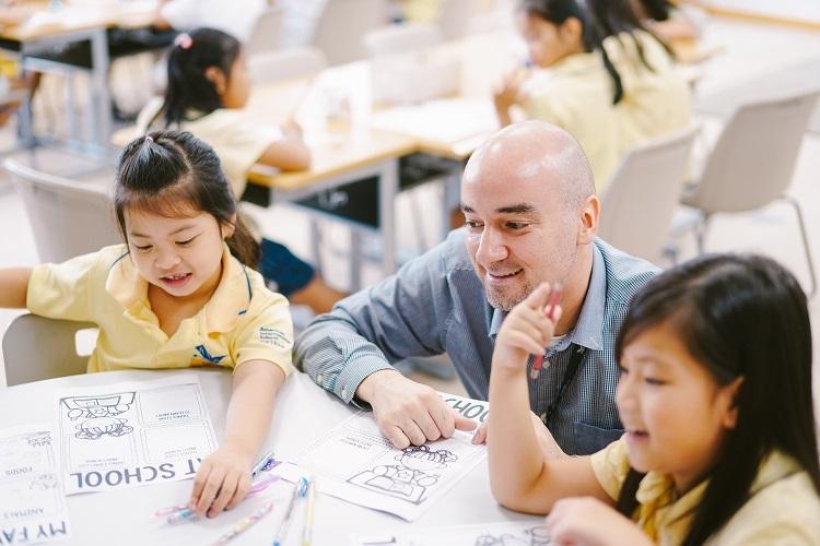 Giáo viên Anh ngữ tại AISVN đều có chứng chỉvà kinh nghiệm giảng dạy quốc tế. Hơn phân nửa giáo viên có bằng Thạc sĩ hoặc cao hơn.