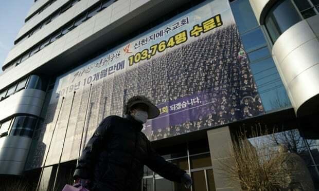 Một phụ nữ đi qua chi nhánh Tân Thiên Địa ở thành phố Daegu, nơi đã bị đóng cửa vì bùng phát dịch Covid-19. Ảnh: Reuters