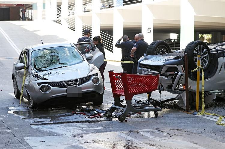 Chiếc Nissan vỡ kính chắn gió, sập gầm và hư hỏng nặng phía mạn phải phía trước. Ảnh: Backgrid