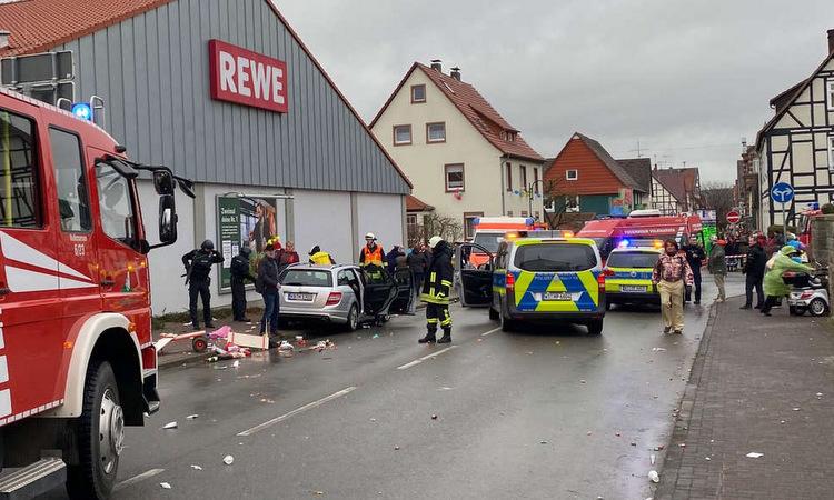 Hiện trường vụ lao xe ở Volkmarsen chiều 24/2. Ảnh: Twitter/metesohtaoglu.