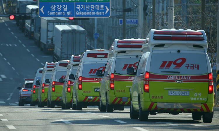 Xe cấp cứu chạy hàng dài trên phố ở Daigu hôm 23/2. Ảnh: Yonhap.