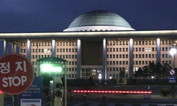 Tòa nhà Quốc hội Hàn Quốc tối 24/2. Ảnh: Yonhap.