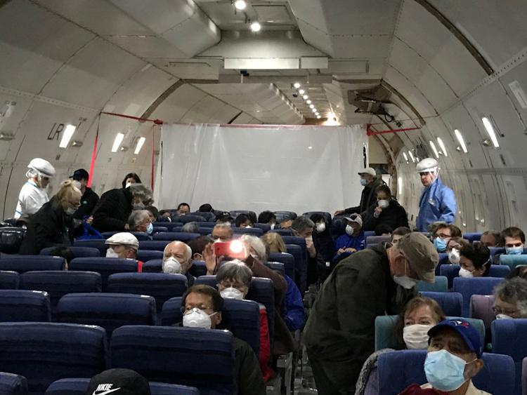 Tấm nhựa ngăn cách người nhiễm nCoV với hành khách khác trên chuyến bay sơ tán của Mỹ hôm 17/2. Ảnh: NY Times.