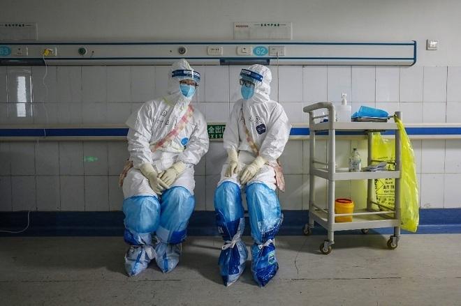 Nhân viên y tế tại Bệnh viện Chữ thập đỏ Vũ Hán trò chuyệnvào ngày 16/2. Ảnh: AFP.
