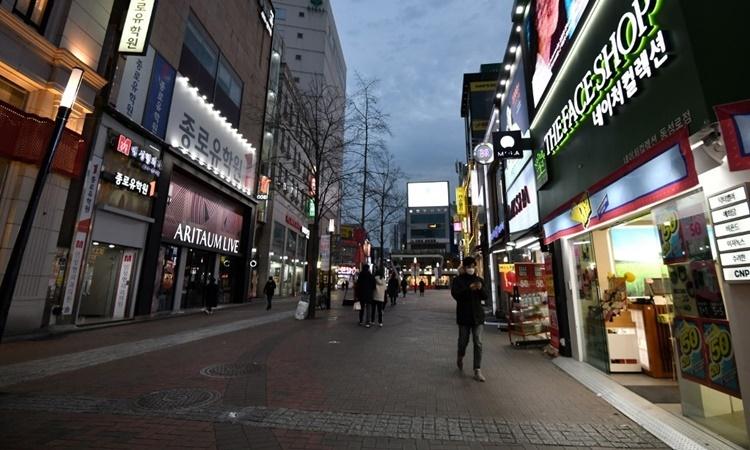 Một con phố mua sắm ở Daegu ngày 24/2. Ảnh: AFP.