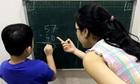 Cha mẹ thành giáo viên khi sách giáo khoa không xuyên suốt