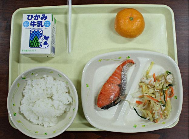 Suất ăn bán trú tiêu chuẩn của học sinh tiểu học Nhật Bản. Ảnh: Manabu Matsuda/Mainichi